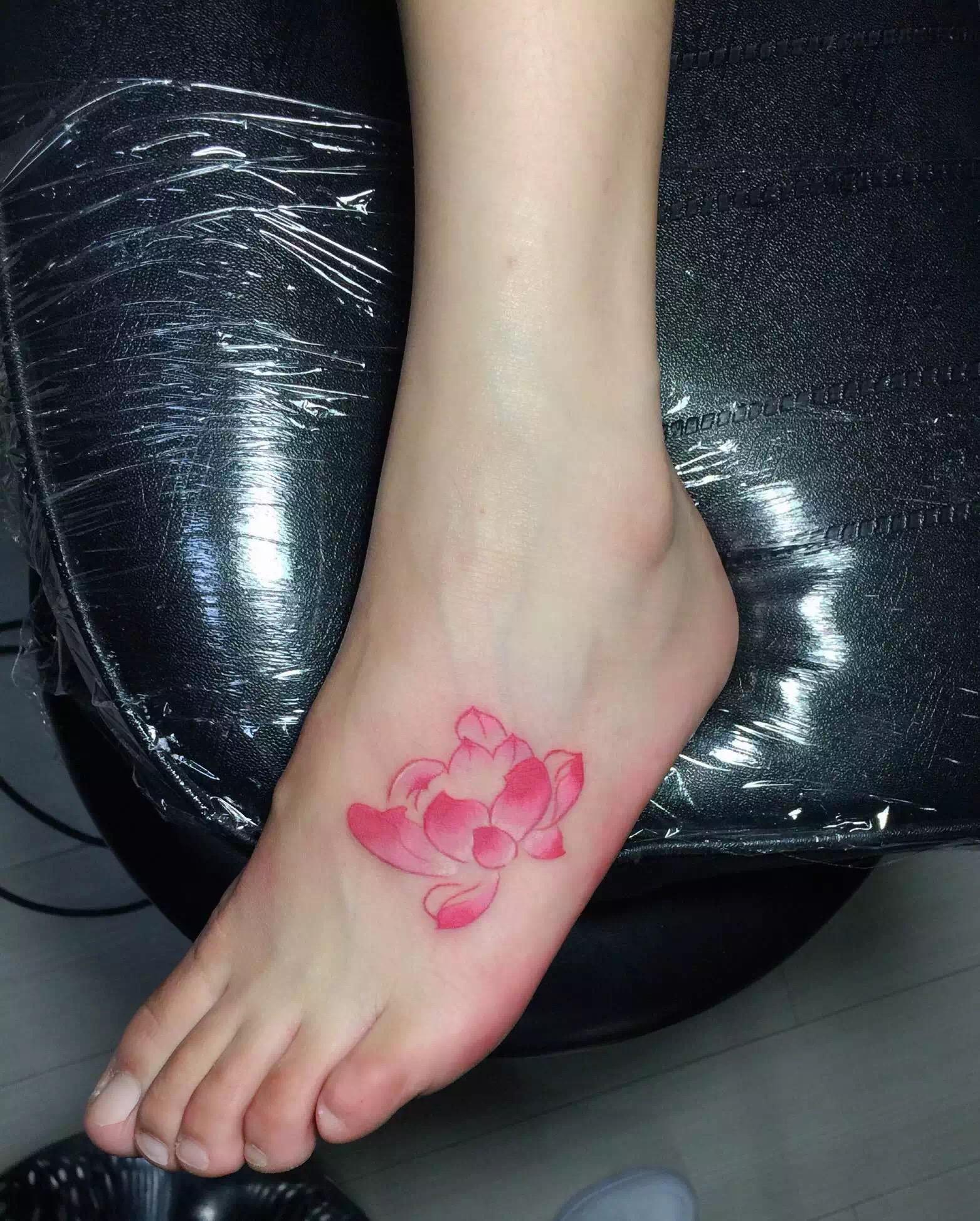 粉红色桃花纹身图案