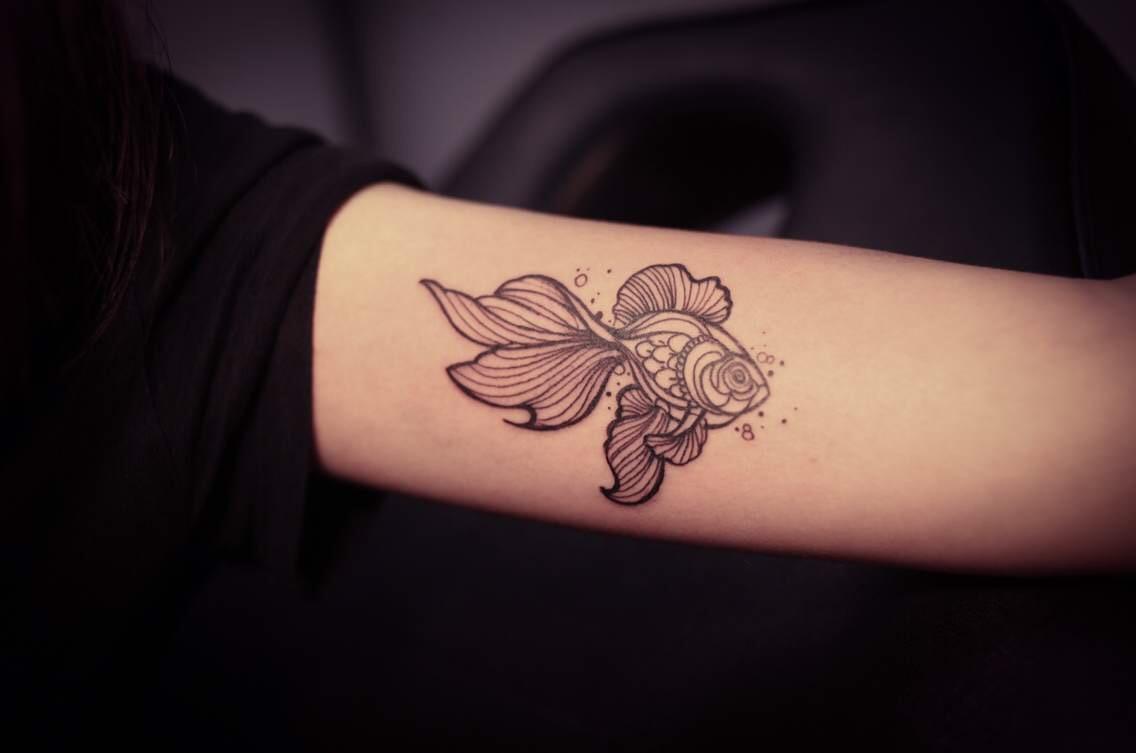 刘小姐手臂上美得冒泡的金鱼纹身图案