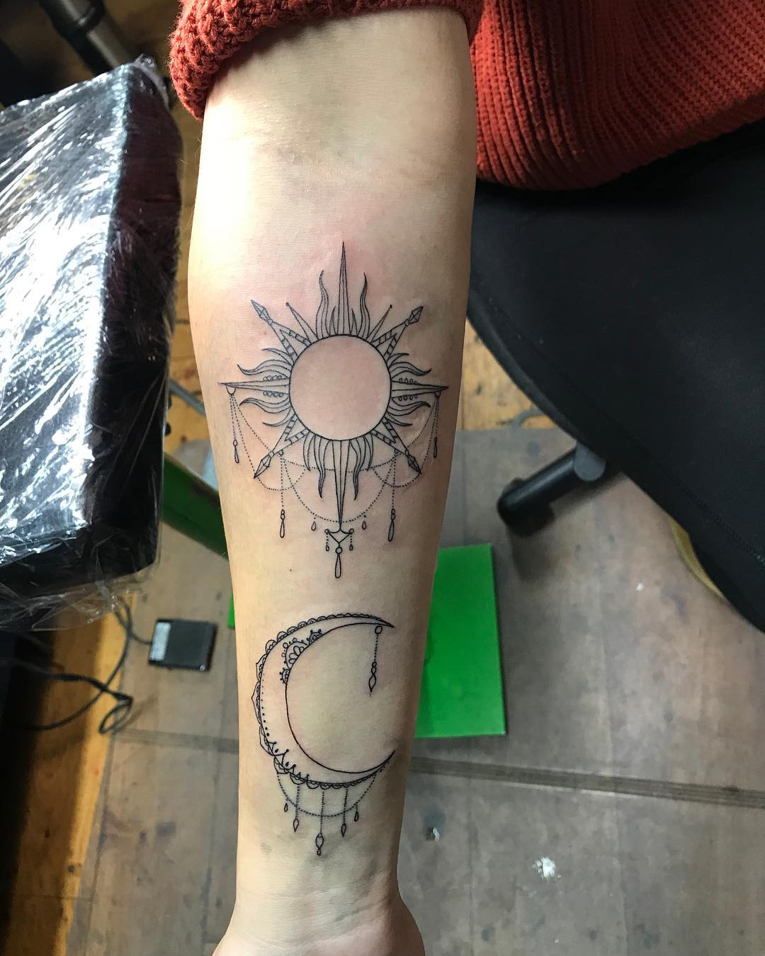 扈小姐小臂罂粟花英文字纹身图案