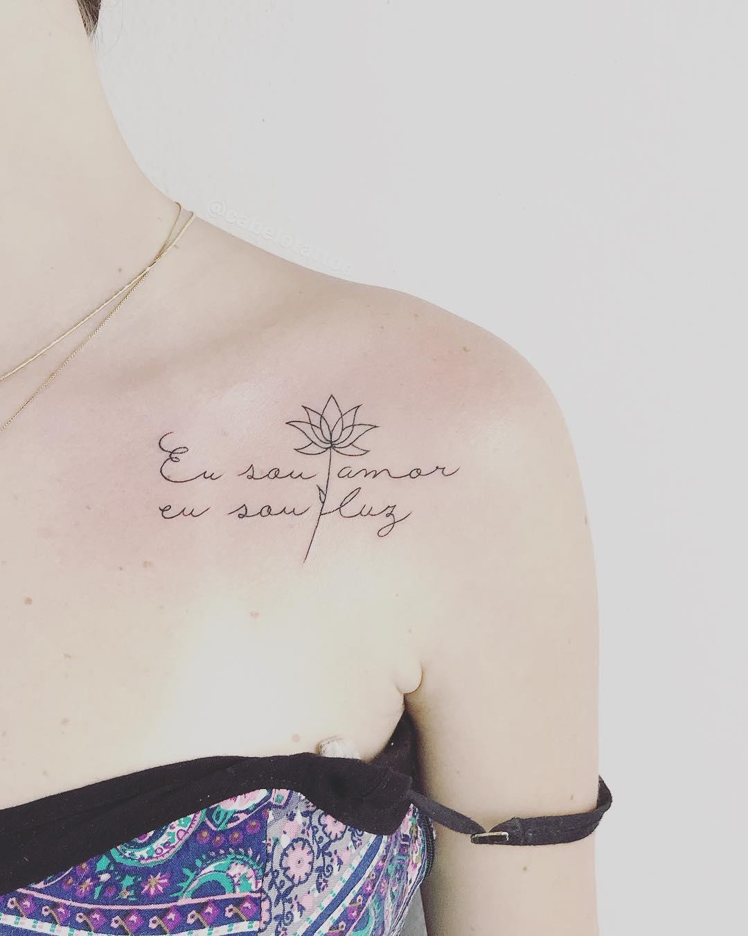 晁小姐锁骨英文字莲花纹身图案