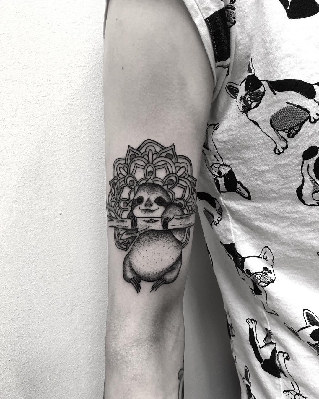 晏先生手臂梵花浣熊纹身图案图片
