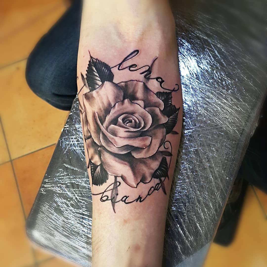 小臂黑灰玫瑰英文字纹身图案