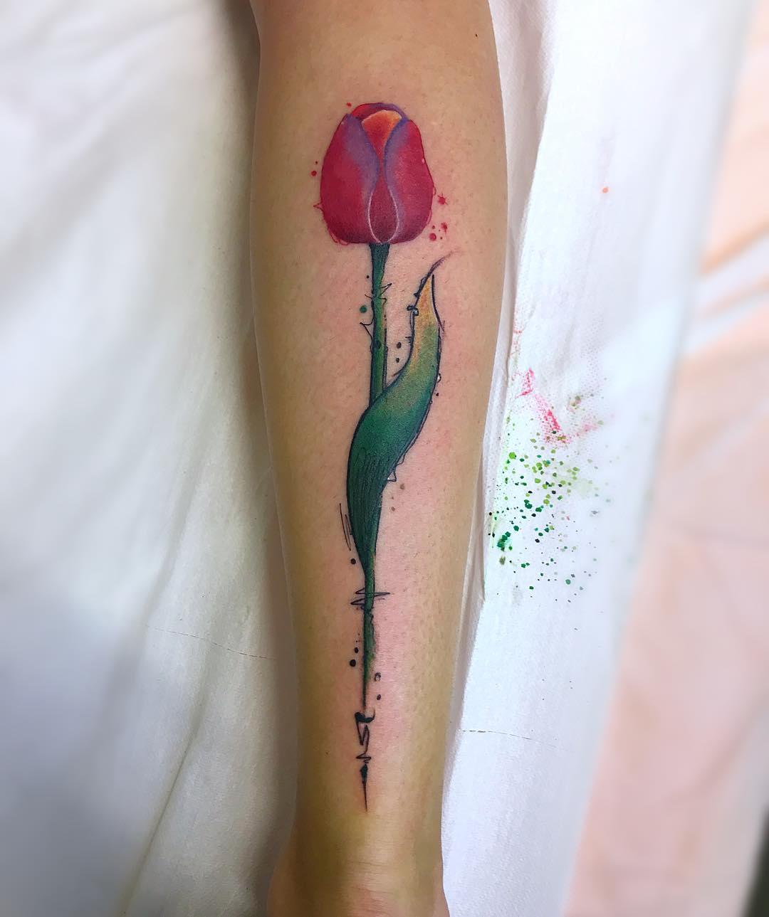 小臂彩色羽毛纹身图案         小臂黑灰百合花钟表英文字纹身