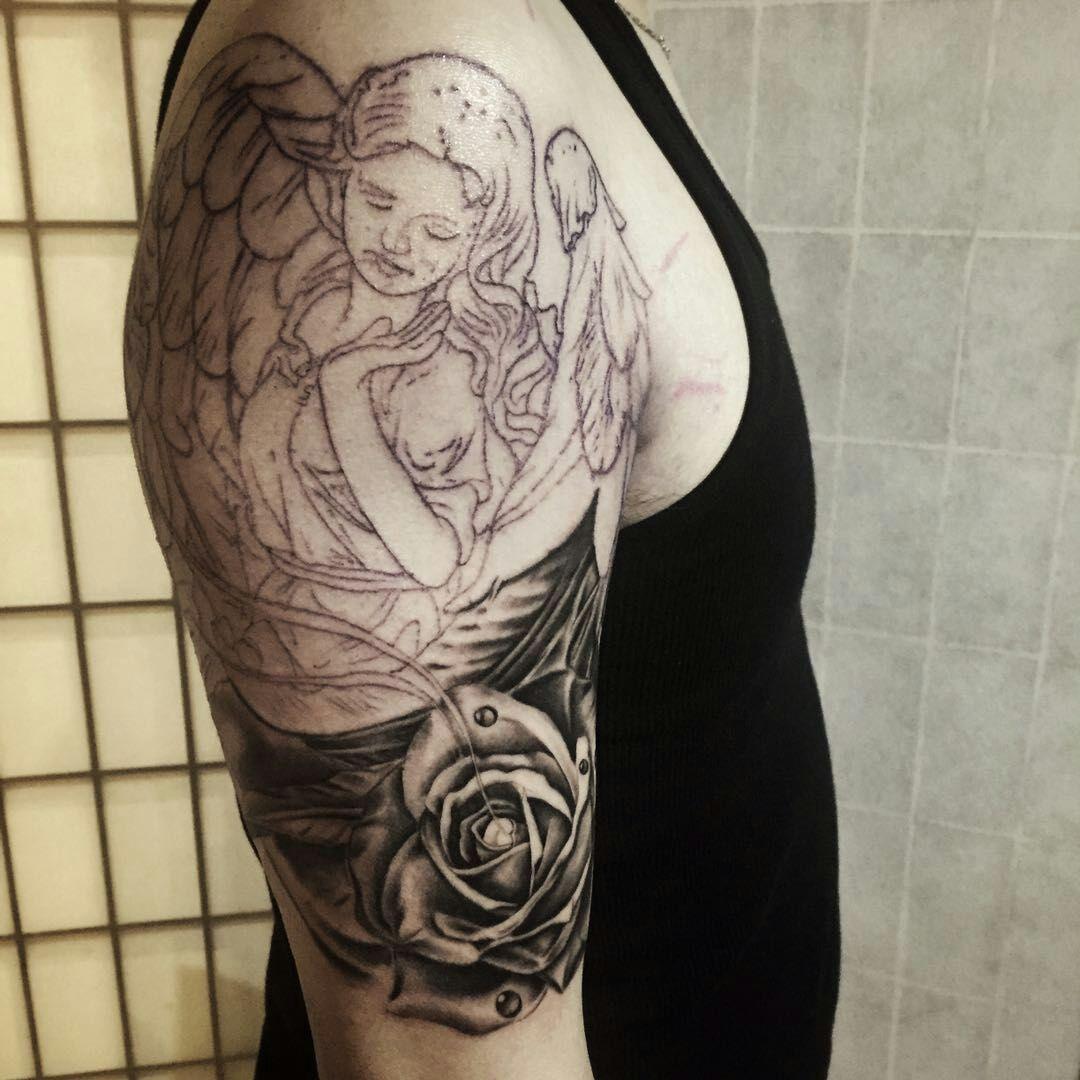 大臂黑灰写实欧美天使玫瑰纹身图案