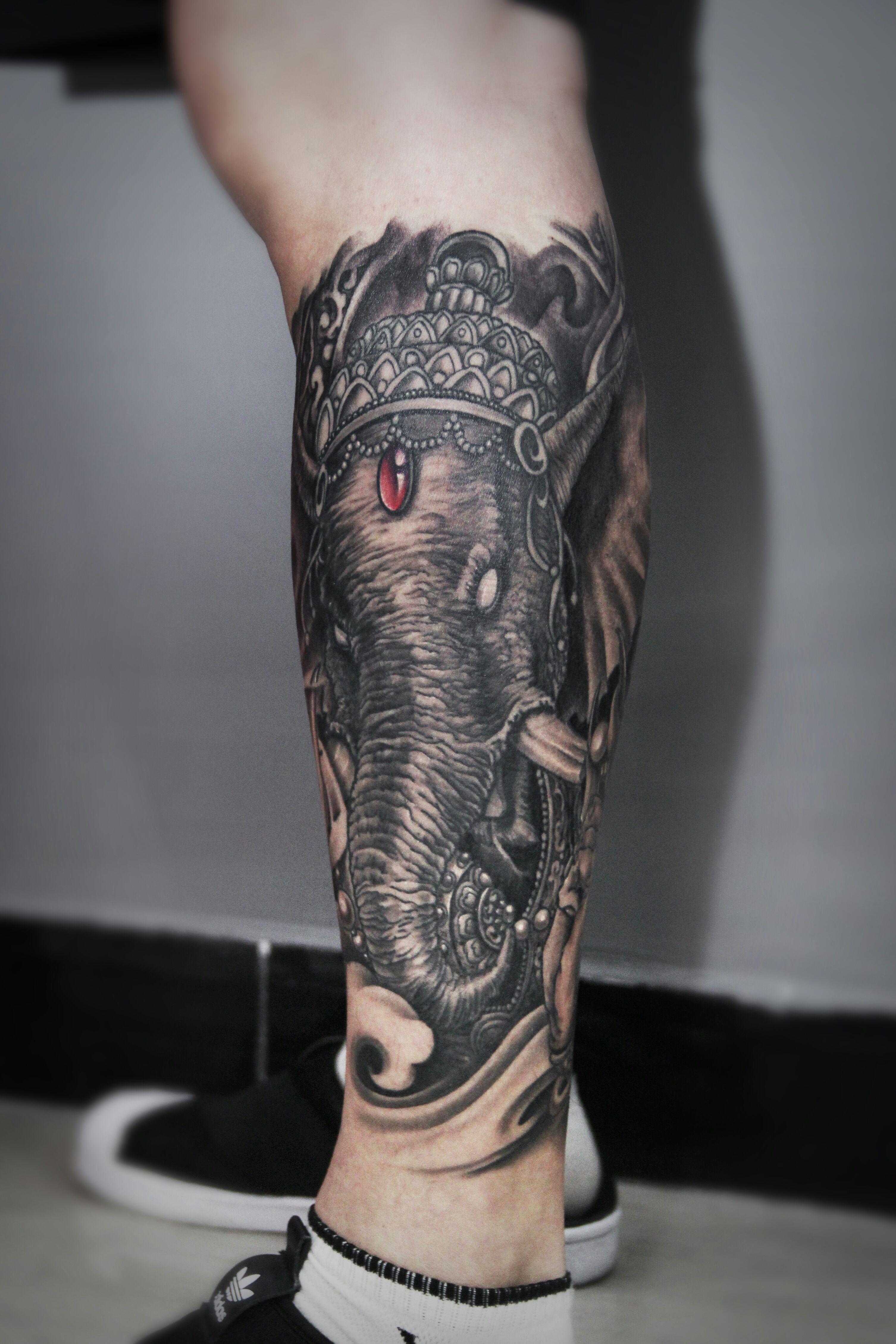 小腿象征智慧和幸运的黑灰传统象神纹身图案_深圳纹彩