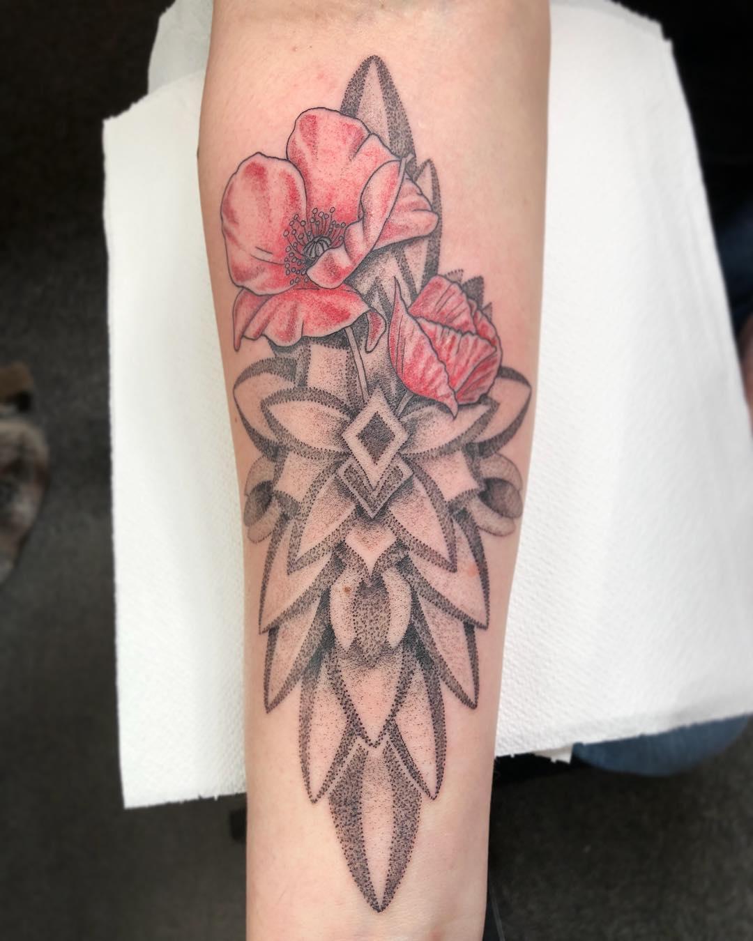 小臂点刺风梵花罂粟花纹身图案