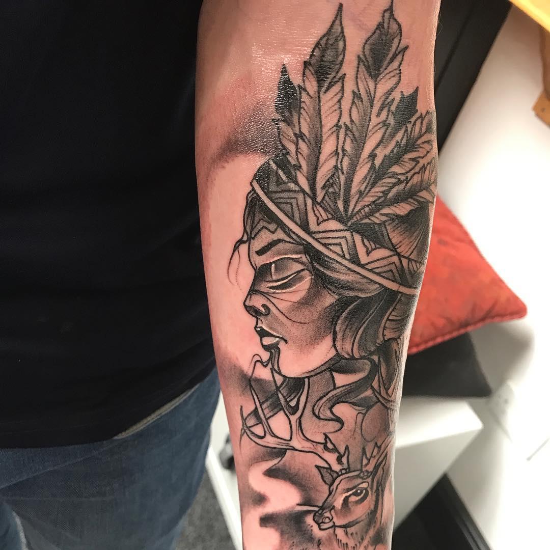 小臂黑灰写实风格印第安少女麋鹿纹身图案