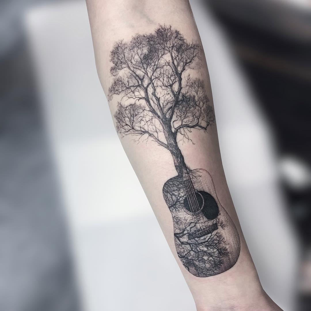 小臂黑灰树木吉他纹身图案