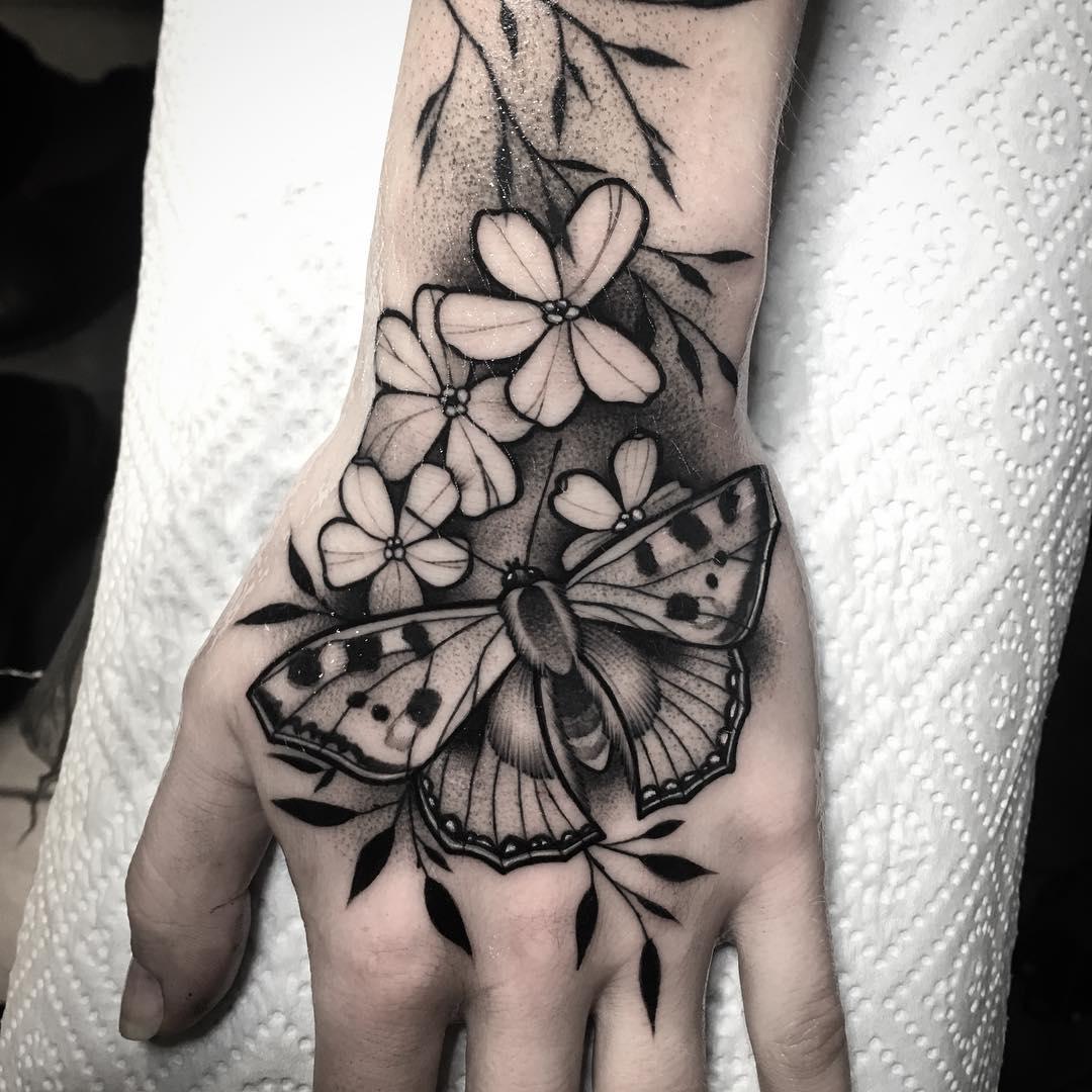 手背点刺风飞蛾花儿纹身图案
