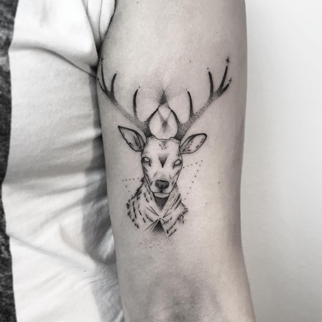 大臂点刺风麋鹿纹身图案