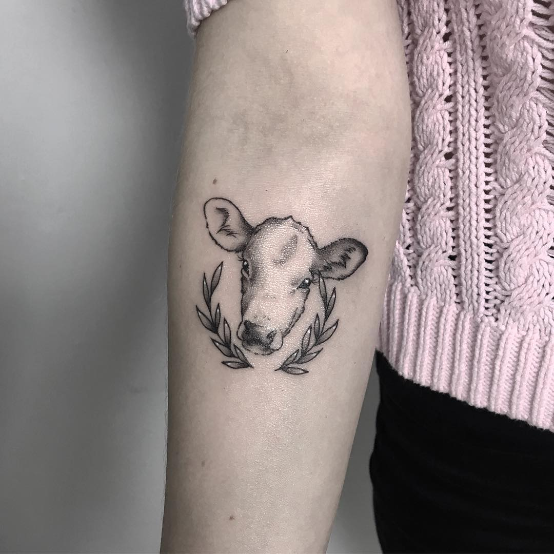 后背肩胛黑灰写实虎头纹身图案