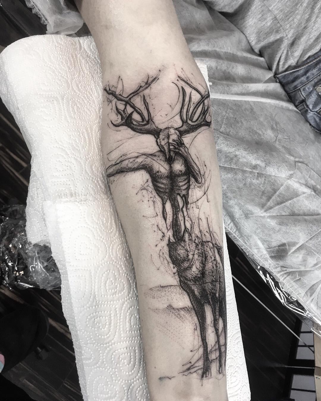 小臂暗黑甩线风麋鹿纹身图案