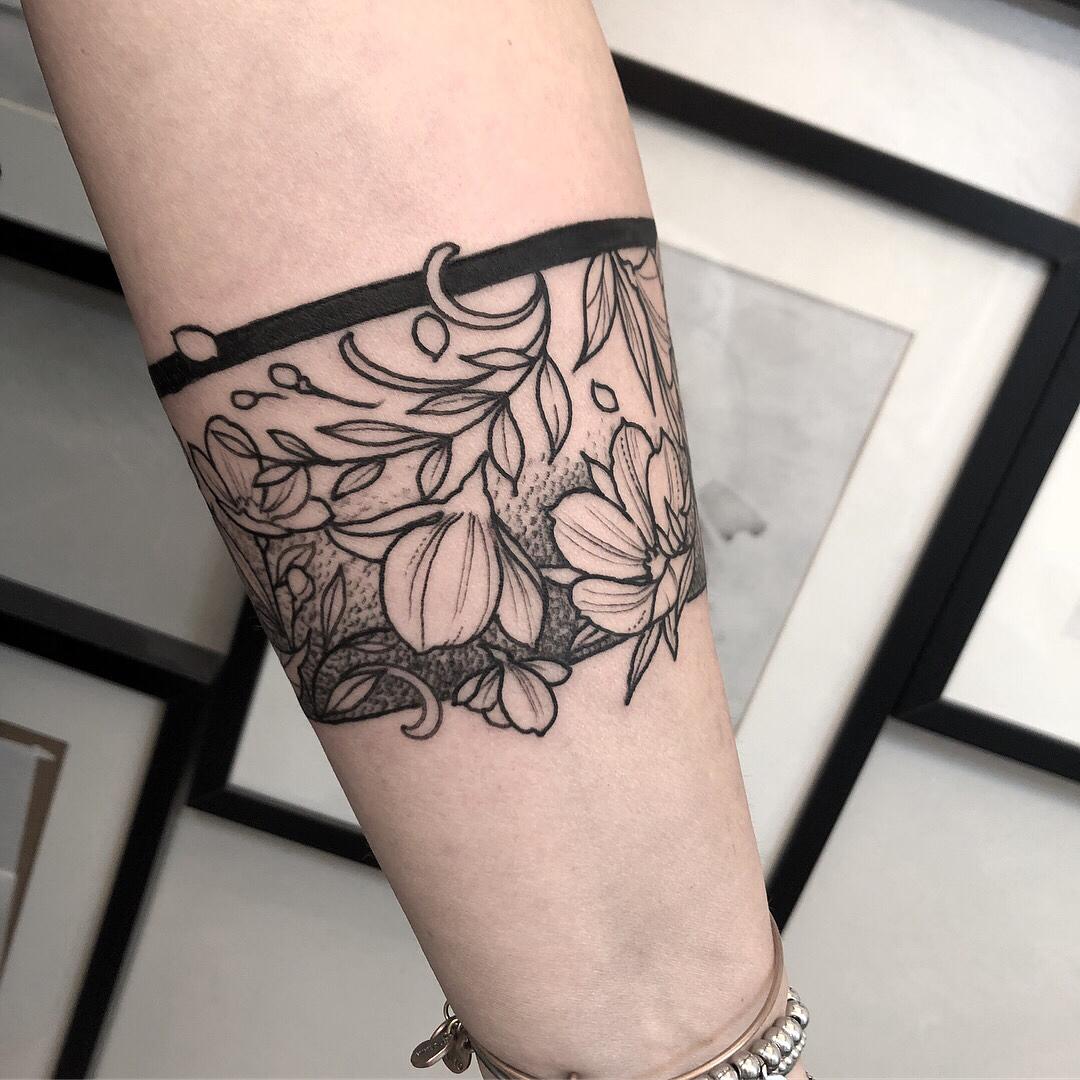 小臂小清新花儿臂环纹身图案