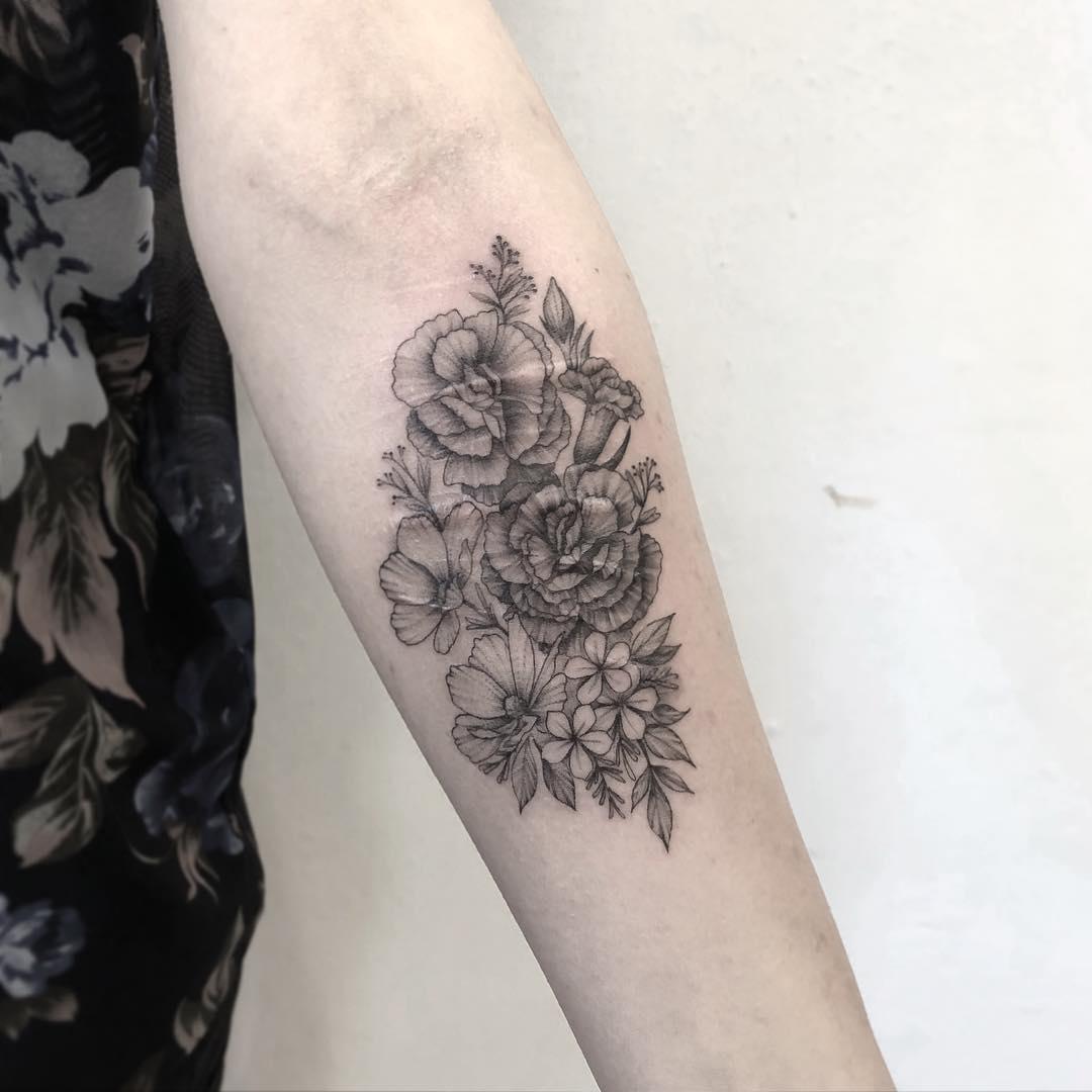 小臂水墨莲花纹身图案