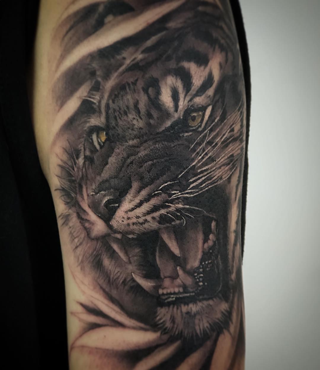大臂黑灰写实虎头纹身图案