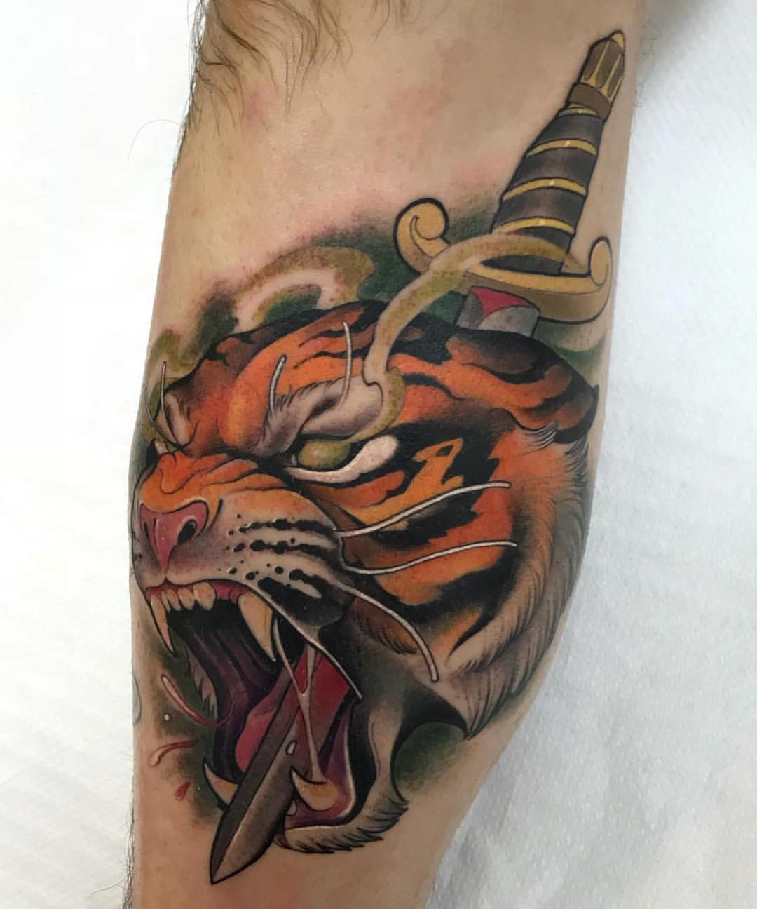 小腿彩色写实虎头匕首纹身图案
