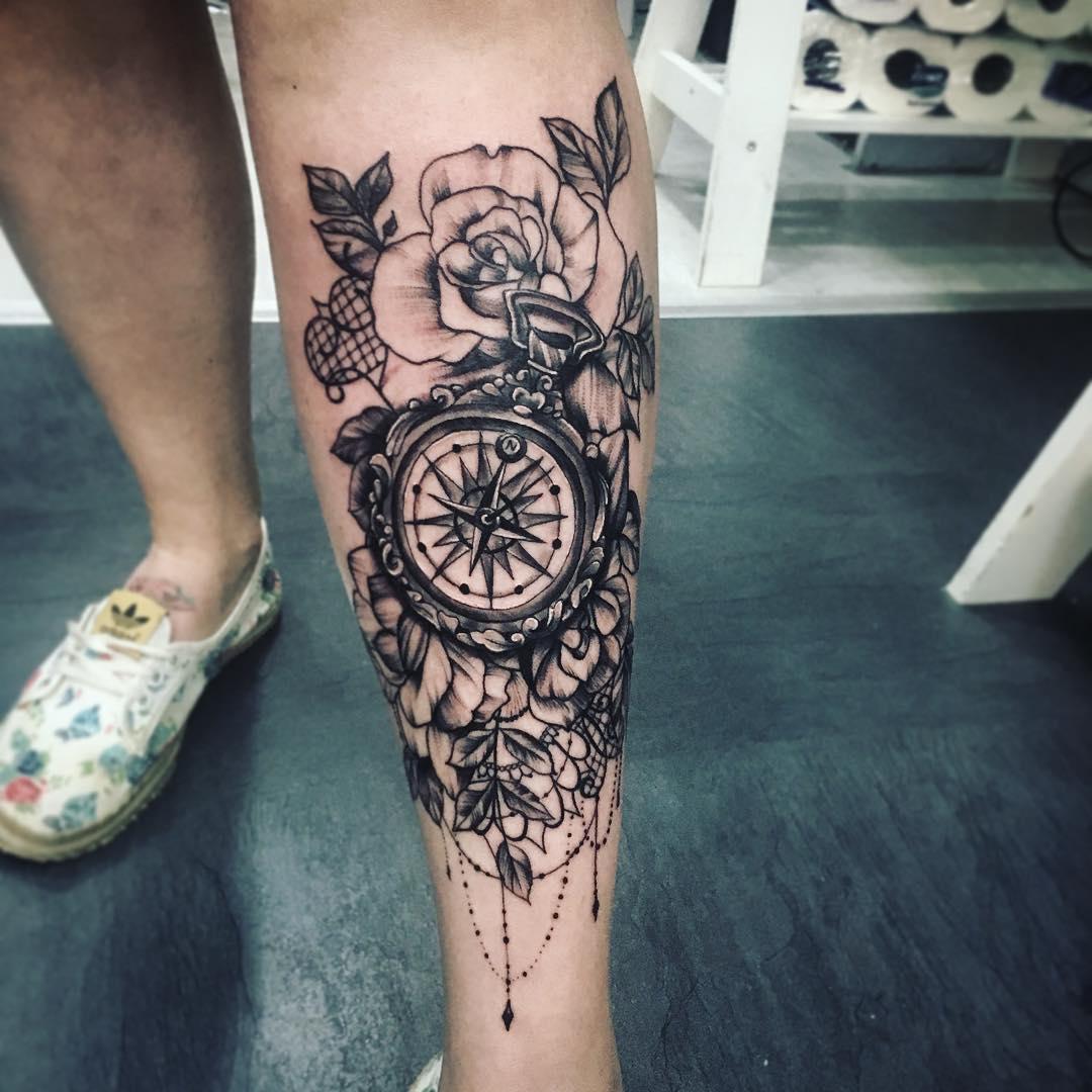 小腿黑灰指南针玫瑰纹身图案