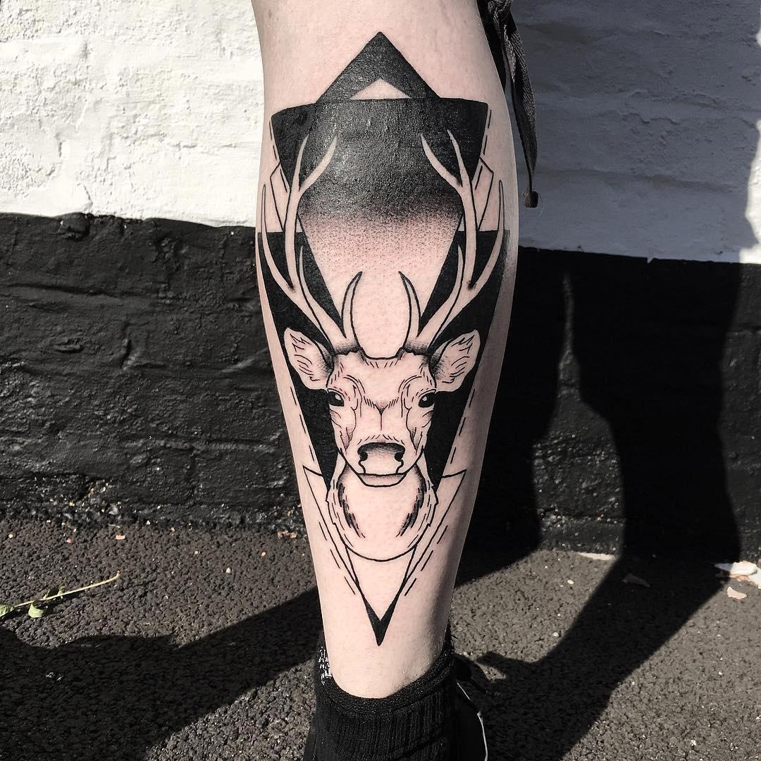 小腿黑灰几何图形麋鹿纹身图案