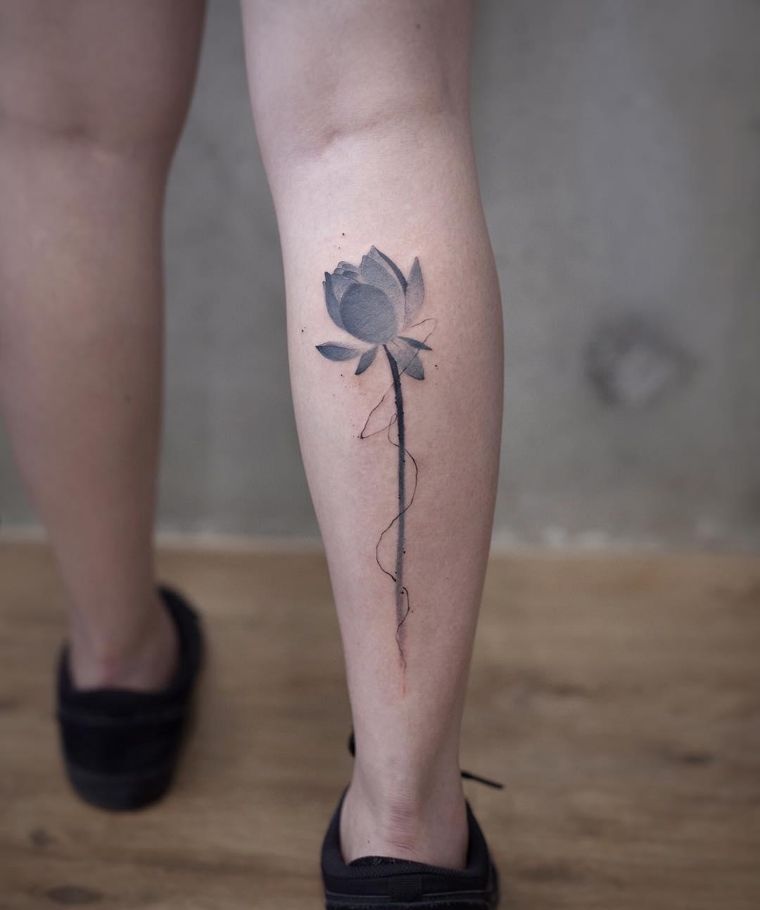 小腿水墨莲花纹身图案