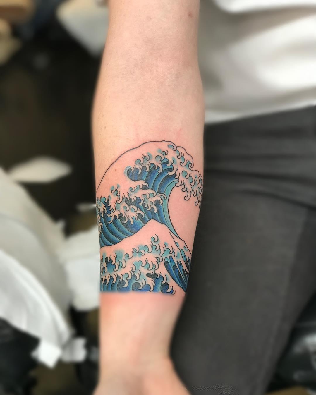 小臂蓝色海浪浪花纹身图案