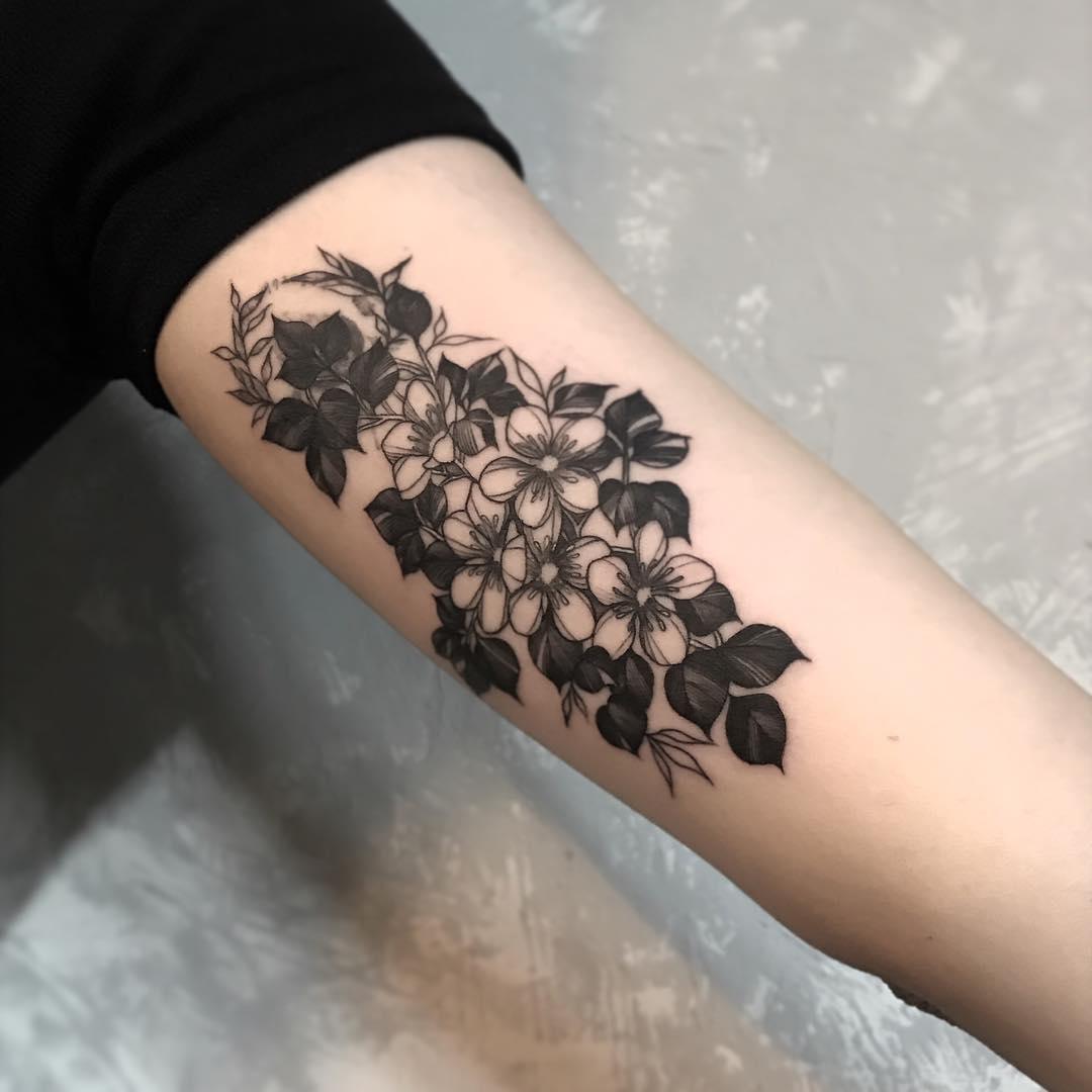 大臂甩线风樱花纹身图案