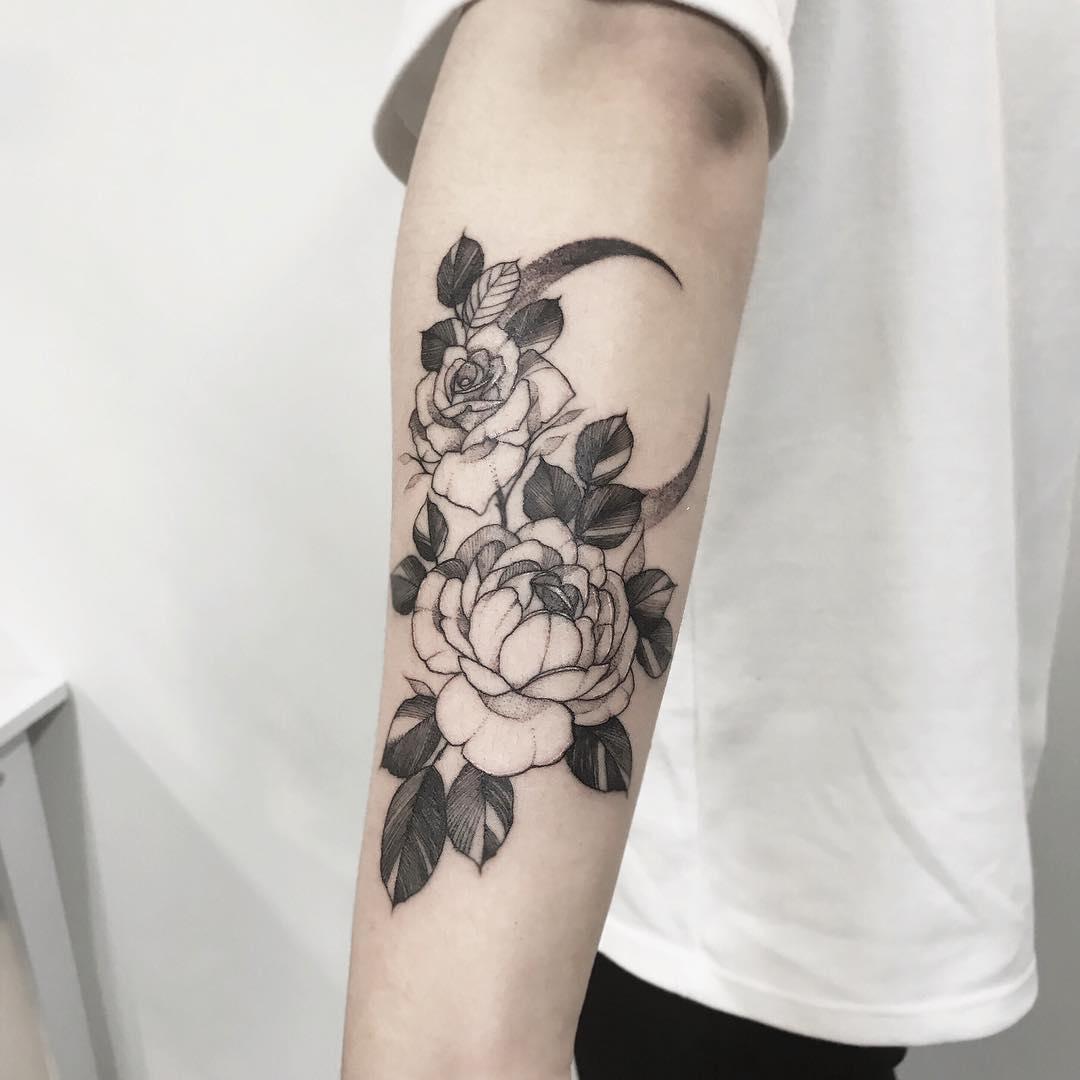 小臂甩线风玫瑰牡丹月亮纹身图案