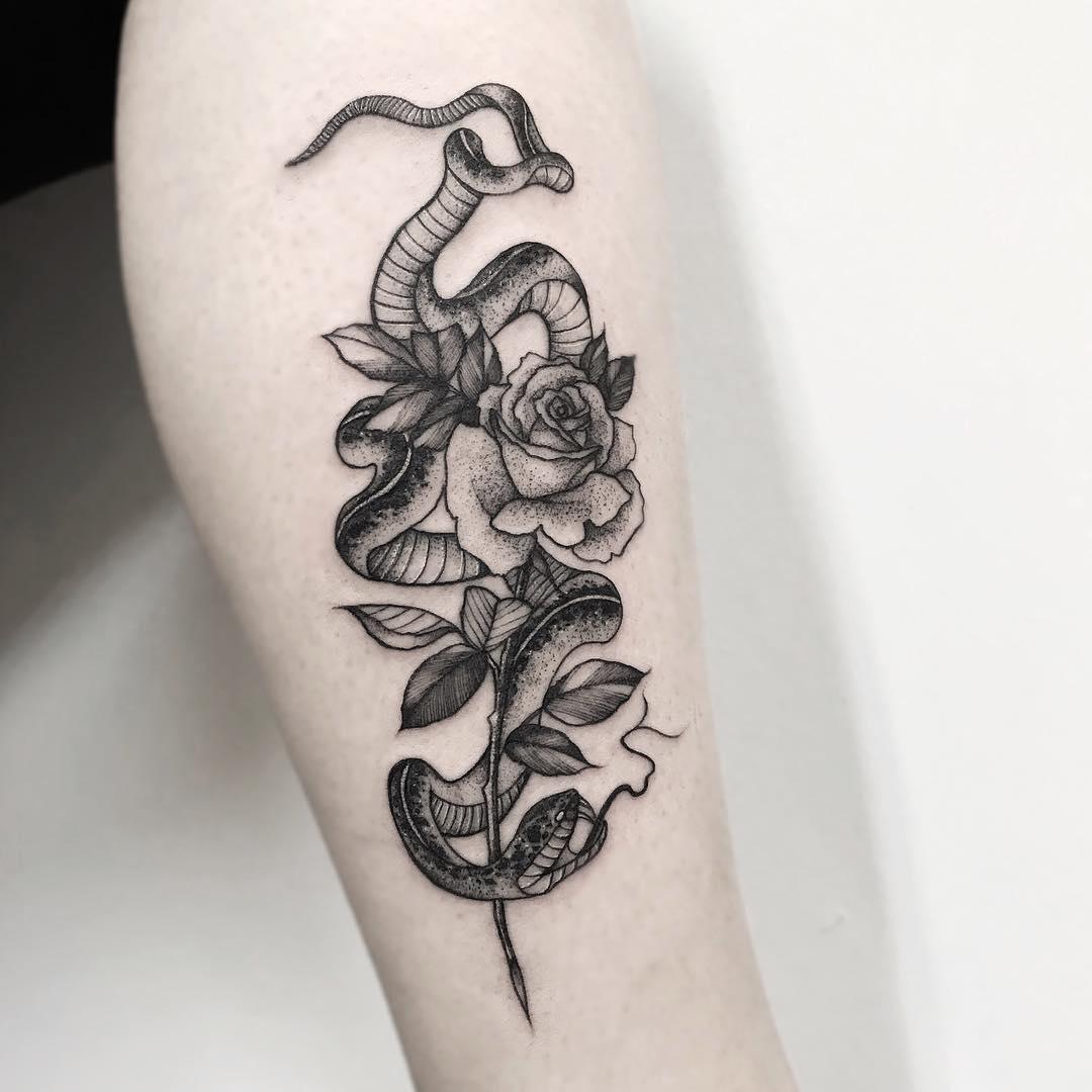 小腿黑灰蛇盘玫瑰纹身图案