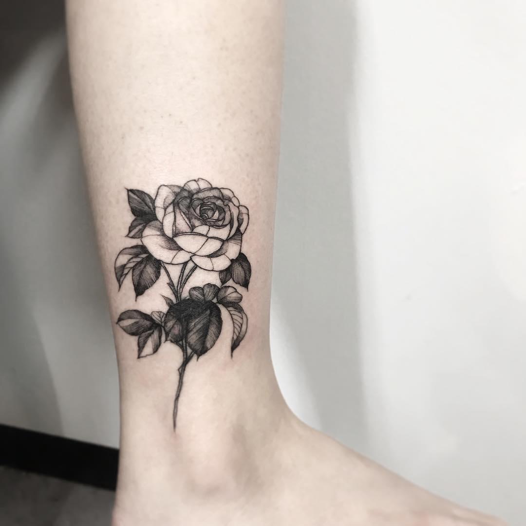小腿甩线风玫瑰纹身图案
