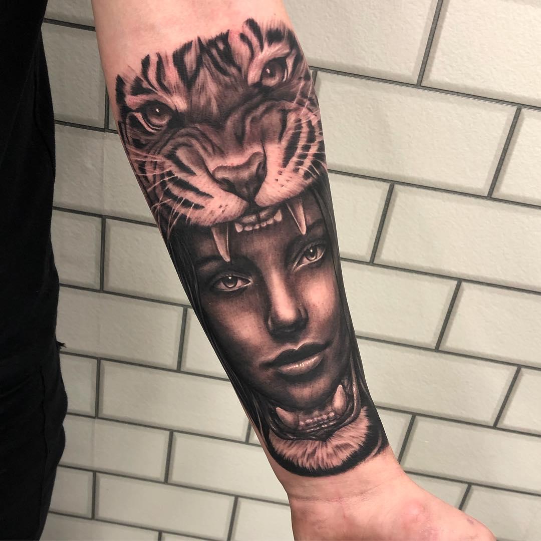 小臂黑灰写实虎头美女纹身图案