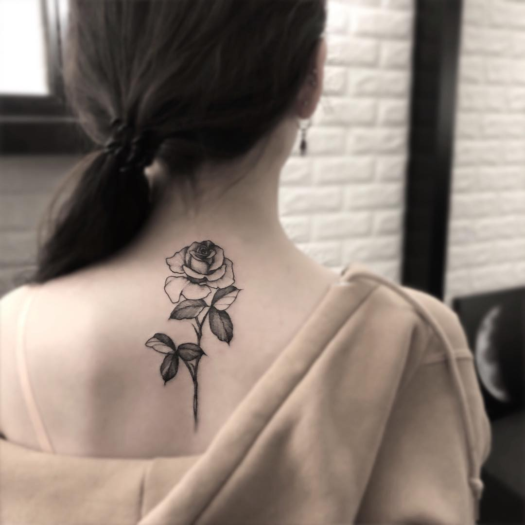 后背黑灰玫瑰纹身图案