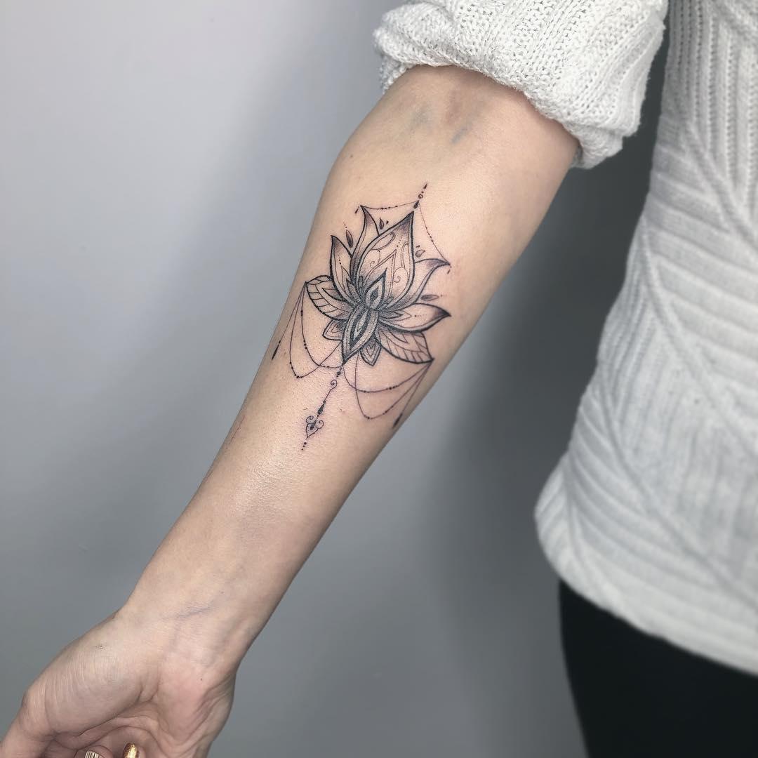 小臂黑灰莲花纹身图案