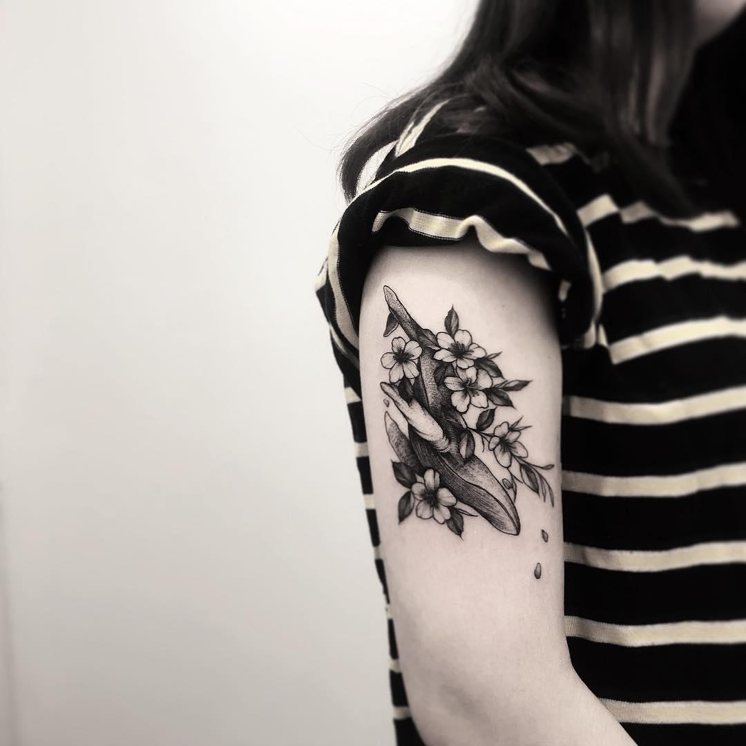 大臂黑灰鲸鱼纹身图案