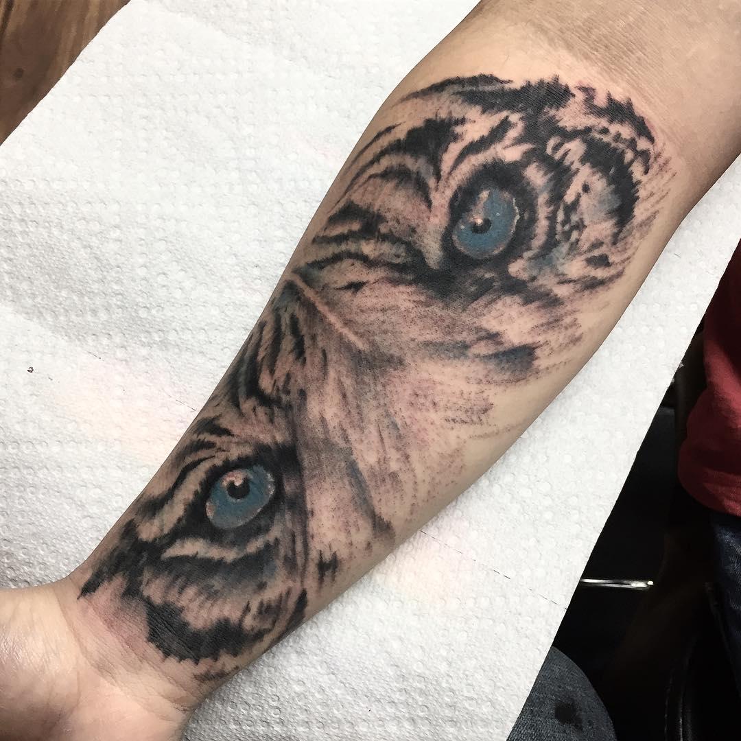小臂写实虎头纹身图案