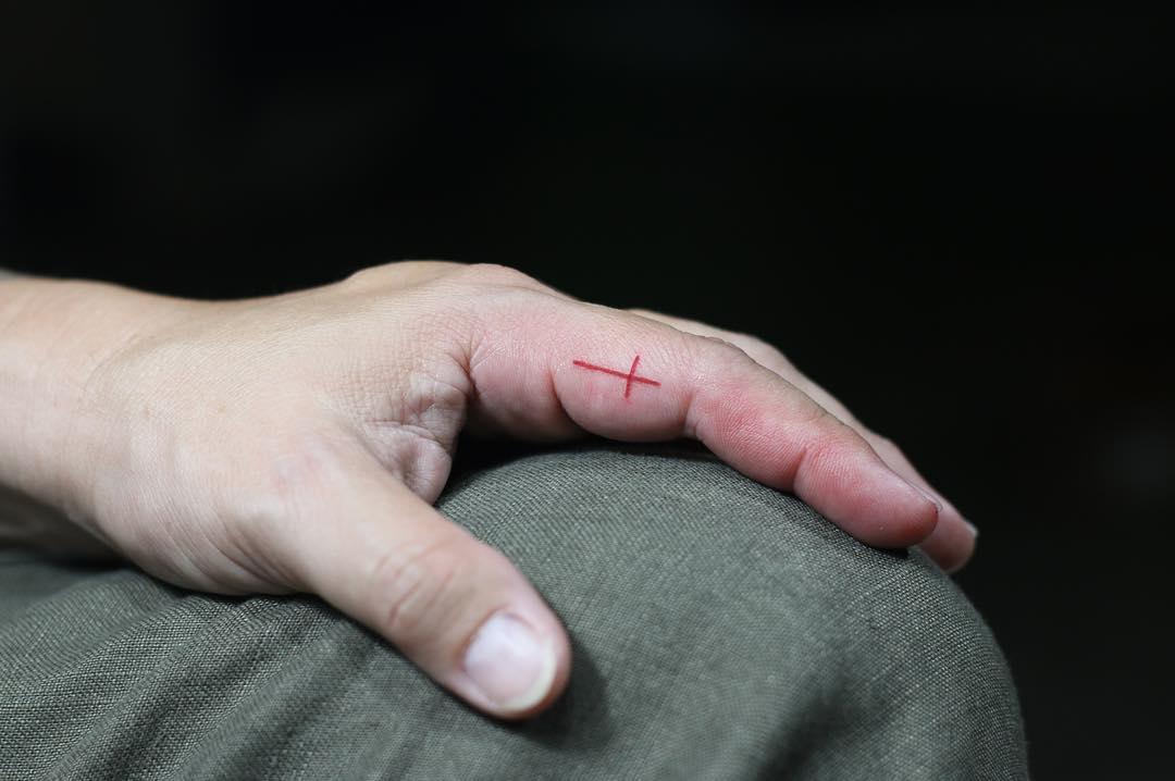 手指简约红色十字架纹身图案