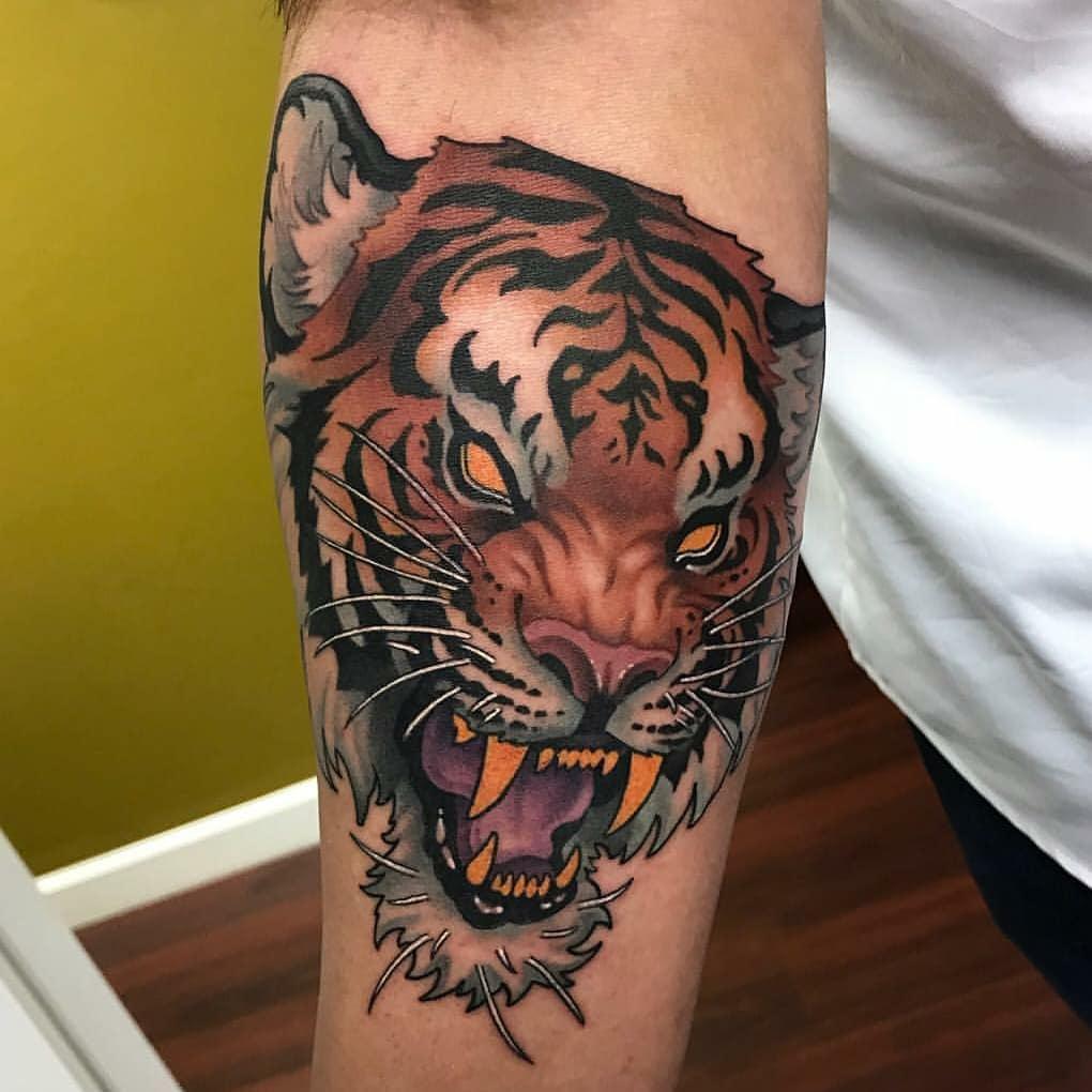 小臂彩色写实虎头纹身图案