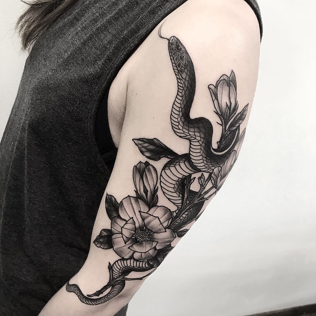 大臂黑灰蛇盘牡丹纹身图案