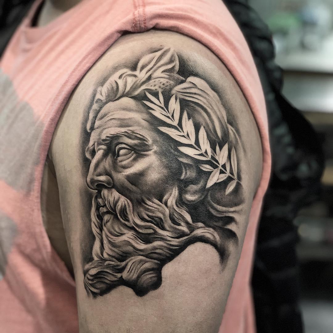 大臂黑灰写实海神波塞冬纹身图案图片