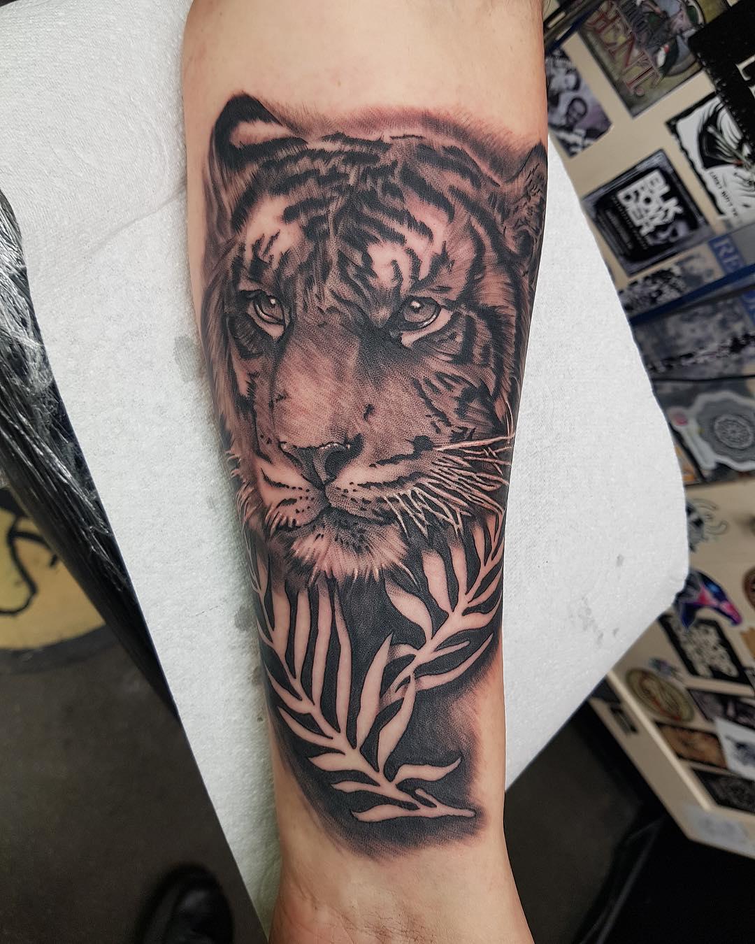 小臂黑灰写实虎头纹身图案
