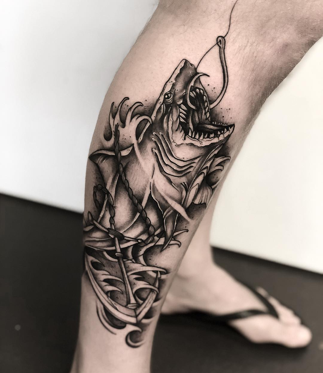 小腿黑灰写实鲨鱼纹身图案