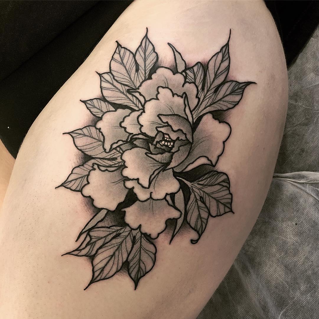 大腿黑灰牡丹纹身图案