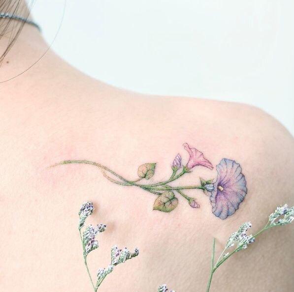 后背肩胛小清新木槿花纹身图案