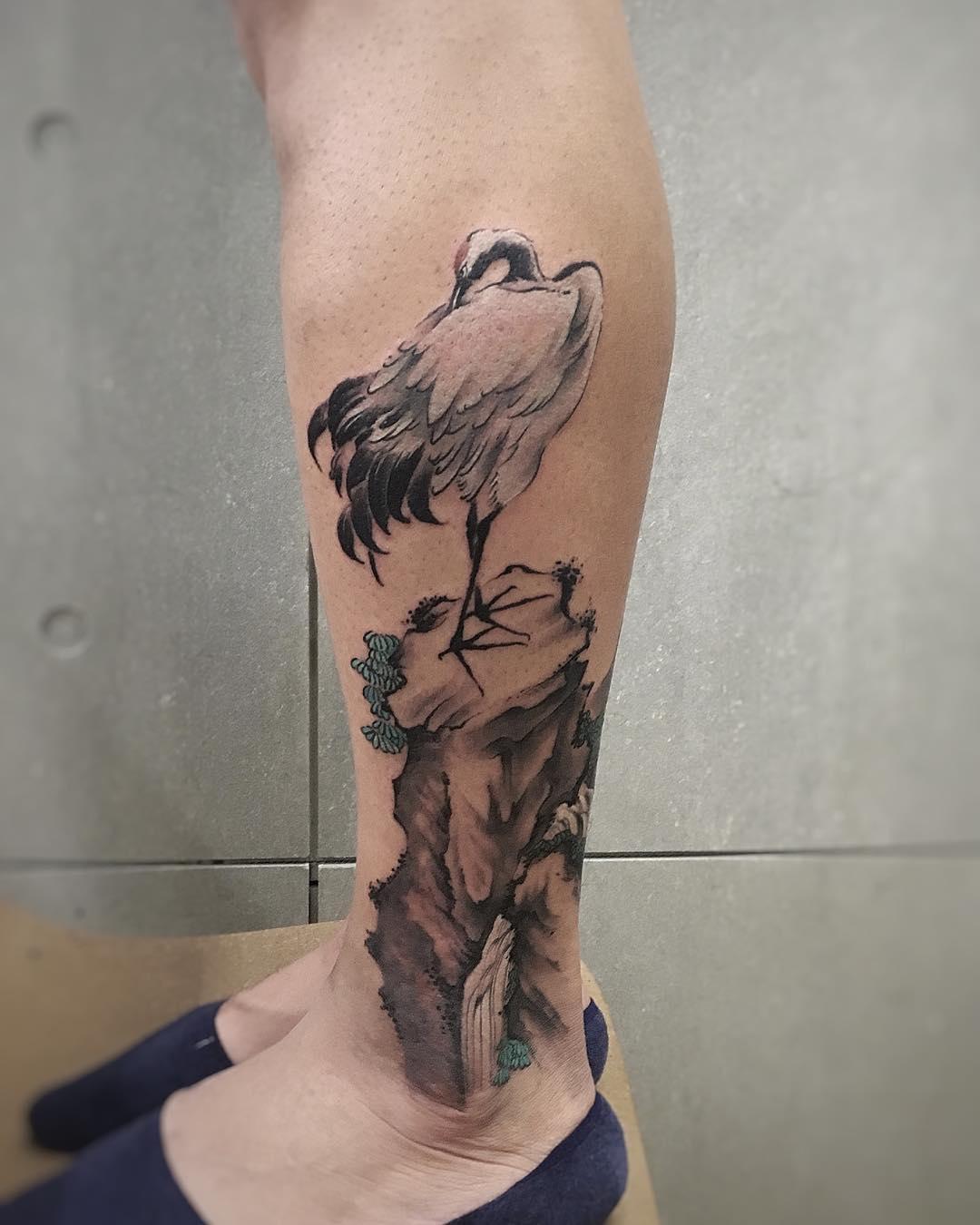 小腿水墨风仙鹤纹身图案