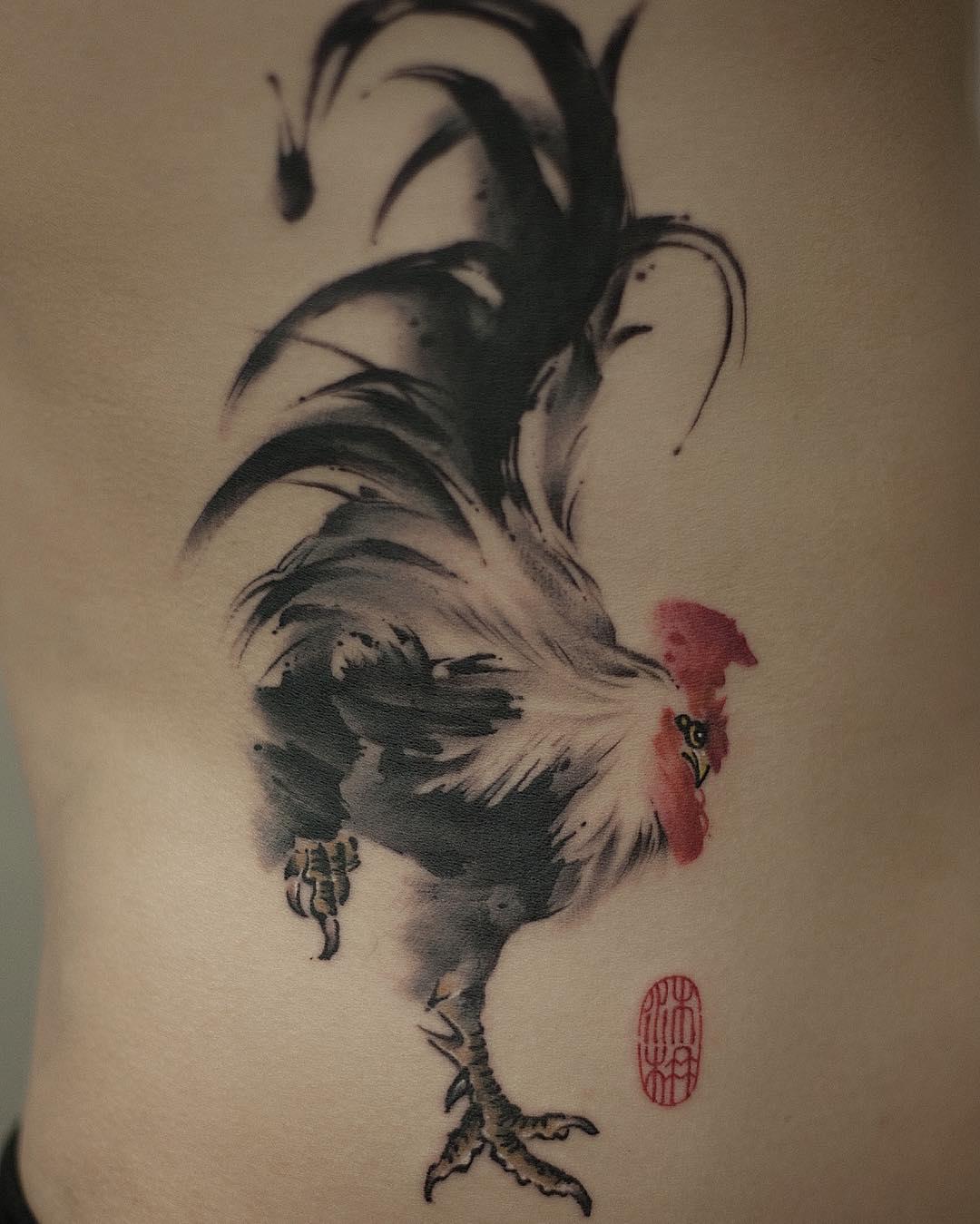 腰侧水墨风公鸡纹身图案