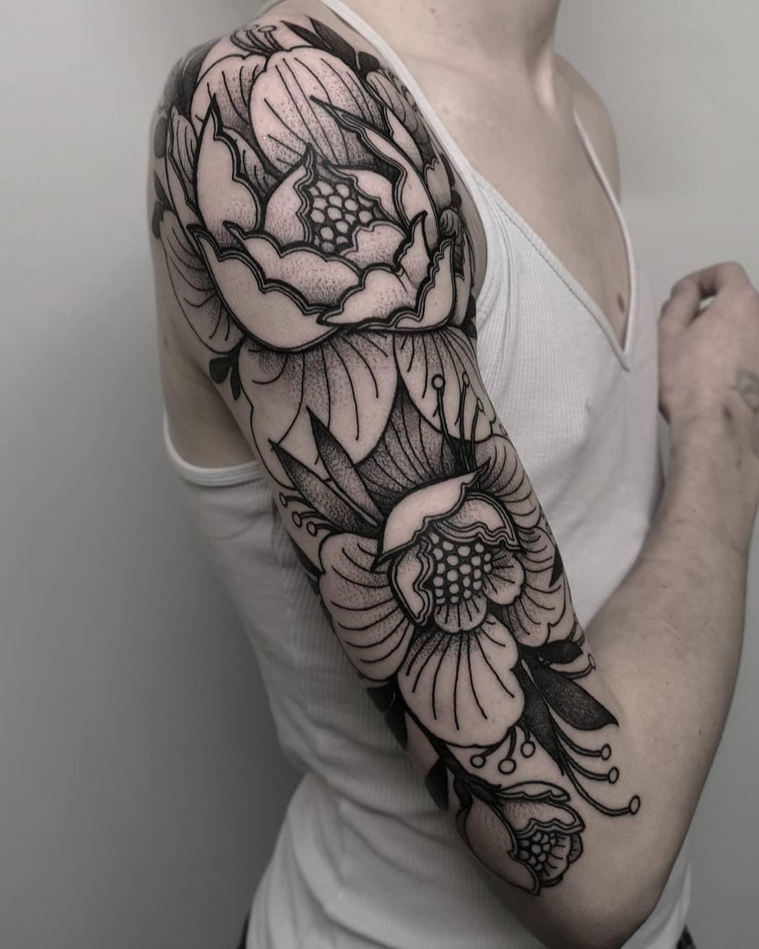 大臂黑灰点刺风牡丹纹身图案