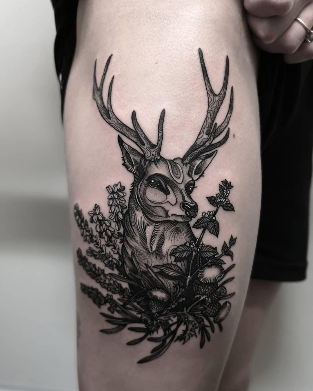大腿黑灰甩线风麋鹿纹身图案