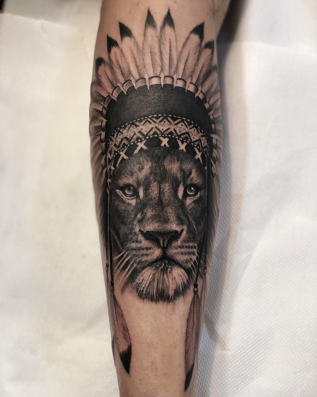 小臂黑灰印第安狮子纹身图案图片
