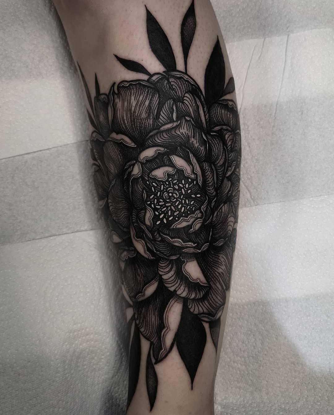 小腿黑灰线条风牡丹纹身图案