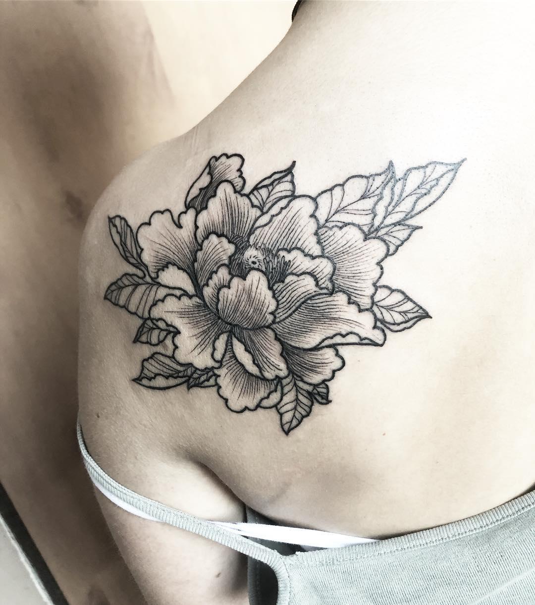 后背肩胛甩线风简约牡丹纹身图案