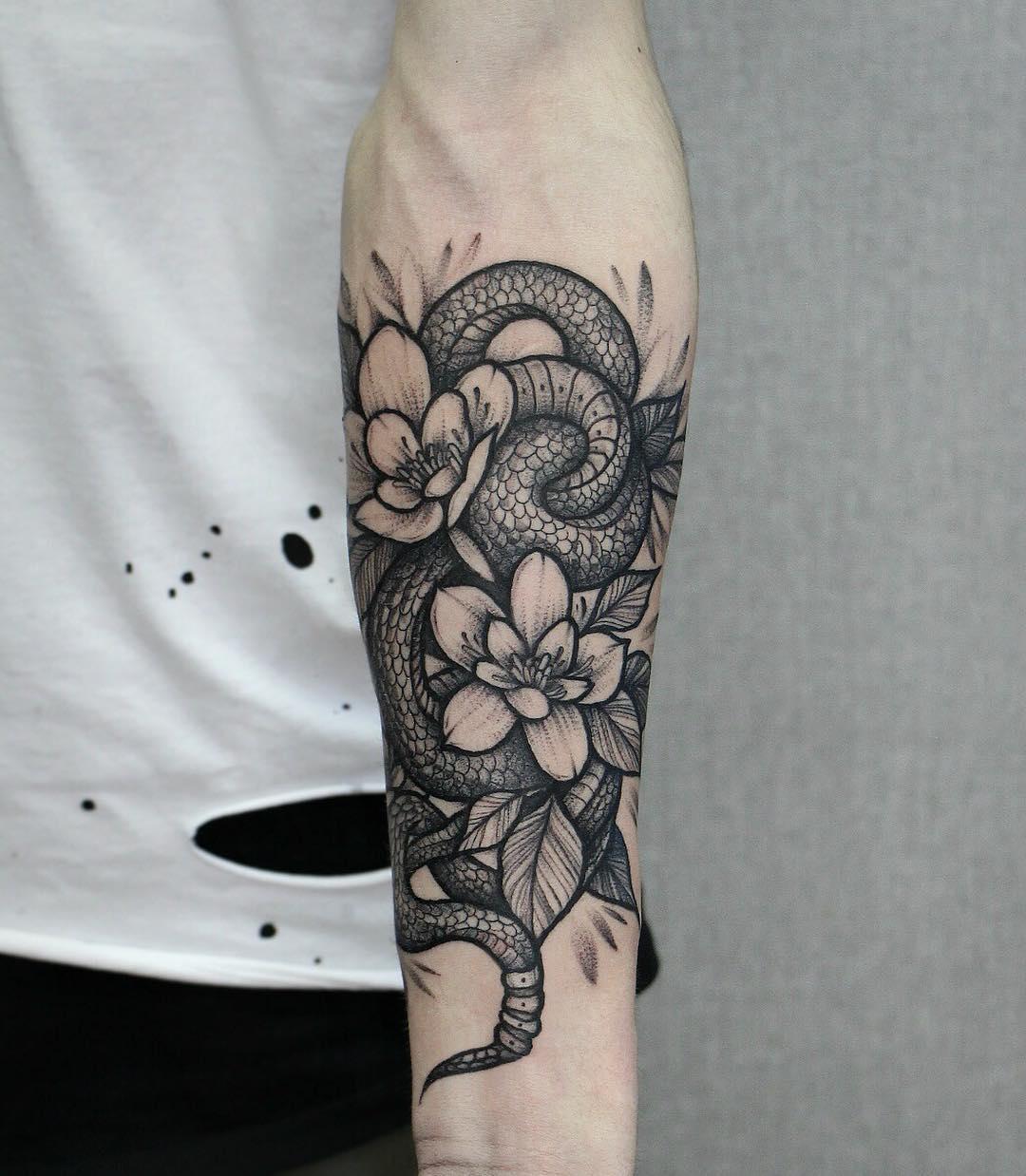 大臂oldschool蛇盘匕首纹身图案