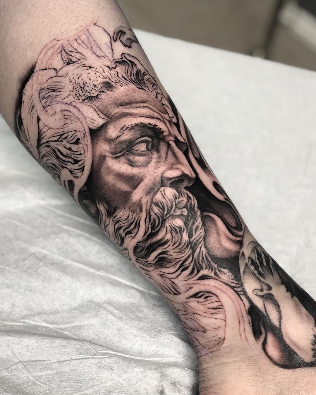 小腿黑灰写实海神波塞冬纹身图案图片